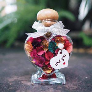 ดอกไม้ในขวดแก้ว