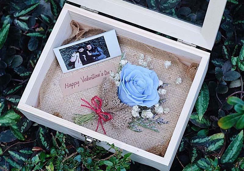 ดอกกุหลาบสีฟ้าและสีน้ำเงิน หมายถึง ความรักที่มั่นคง